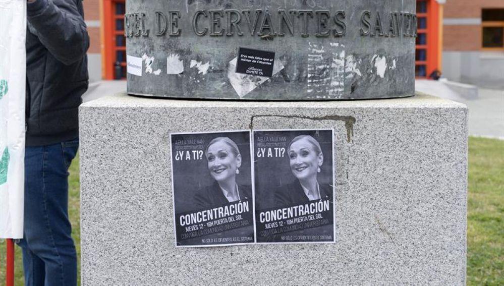 Carteles en protesta contra Cifuentes