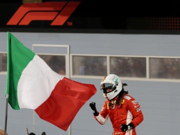 Vettel, junta a la bandera italiana de Ferrari