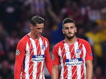 Fernando Torres y Koke charlan durante un partido