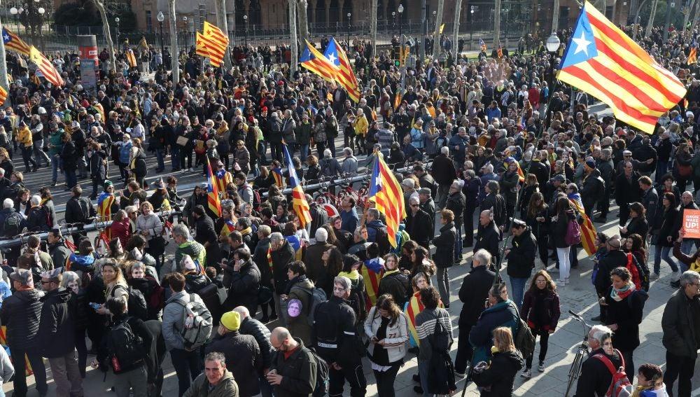 Vista general de manifestantes independentistas en las inmediaciones del Parlament