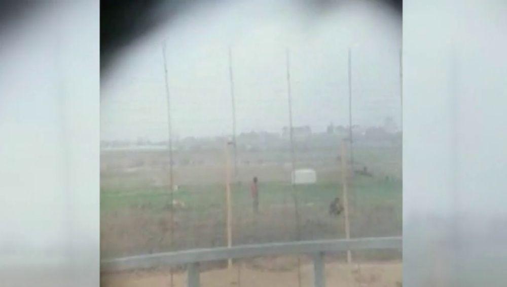 Un soldado israelí dispara a un palestino desarmado y graban y difunden el contenido en las redes