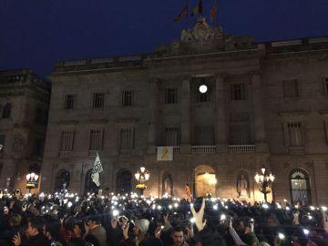 Miles de personas llenan la plaza Sant Jaume de Barcelona en apoyo a los CDR