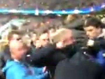 Momento de la pelea entre aficionados del City y del Liverpool