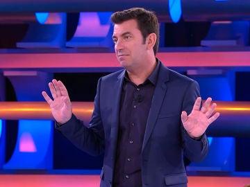 Arturo Valls libera a una concursante de la trampilla de '¡Ahora Caigo!'