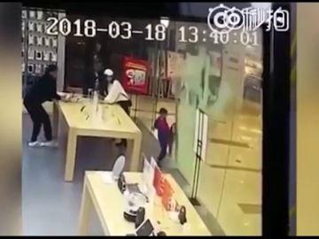 Un niño resulta herido tras romperse una puerta de cristal delante de él