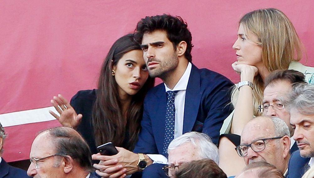Rocío Crusset y su novio, Juan Betancourt, disfrutan de los toros en la Feria de Abril