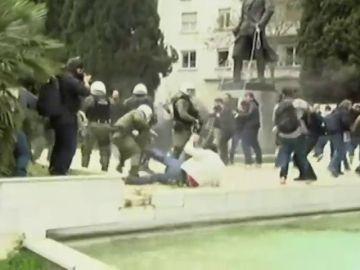 Intentan derribar la estatua del presidente Truman en Atenas