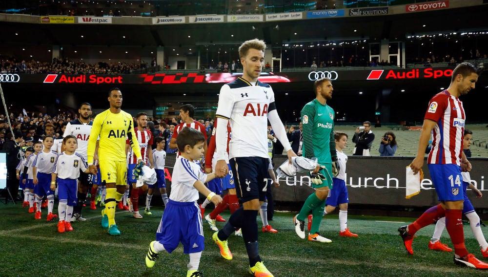 Los jugadores de Tottenham y Atlético de Madrid saltan al campo junto a niños