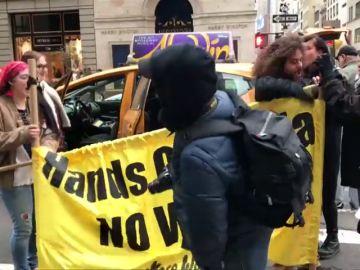 Un grupo de Neorquinos protestan por el bombardeo de Siria