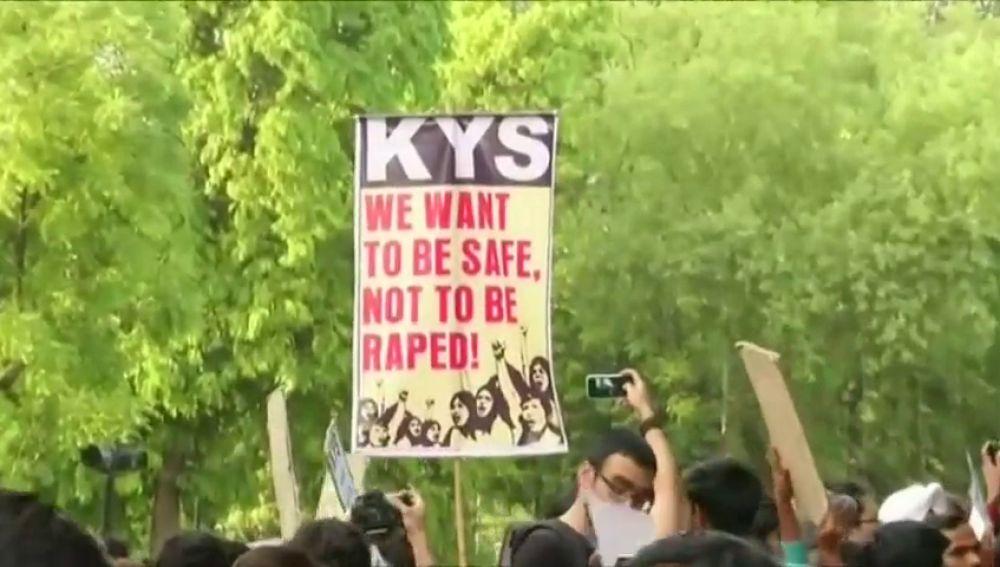 Comienza en la India el juicio contra ocho hombres acusados de asesinar a una niña tras violarla durante varios días