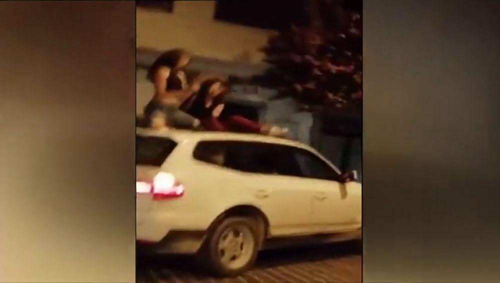 Identificadas las jóvenes que bailan en el techo de un vehículo en marcha, en Jávea