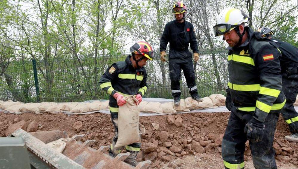 Militares de la UME refuerzan una mota en Pina de Ebro