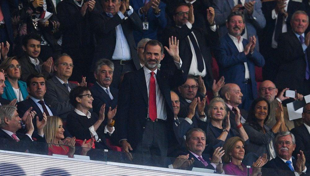 Felipe VI saluda a la afición en la inauguración del Wanda Metropolitano