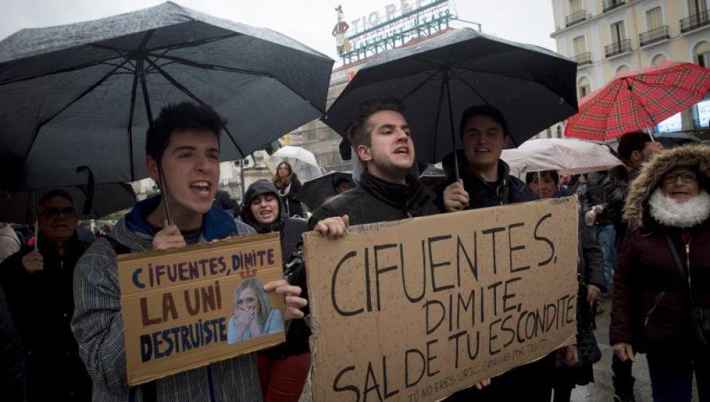 Estudiantes protestan por el máster de Cifuentes