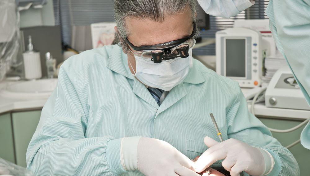 Un dentista examina a un paciente