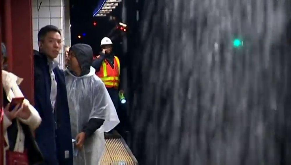 Tormenta en Nueva York deja cascadas de agua en el metro de la ciudad