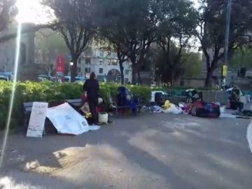La Guardia Urbana comienza a desalojar a los acampados en la plaza Cataluña de Barcelona