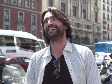 Así reaccionó Aitor Luna al descubrir la lona de 'La Catedral del Mar' en el centro de Madrid