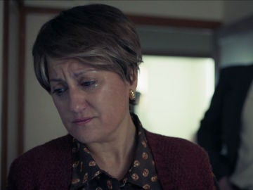 El sargento Darío Castro conoce a Carmen Avendaño, destrozada por la reciente sobredosis de su hijo