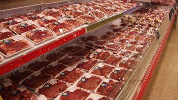 Carne envasada en un supermercado