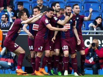 Los jugadores del Eibar celebran el gol de Lombán contra el Espanyol