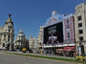 Así se colocó la lona de 'La Catedral del Mar' en pleno centro de Madrid
