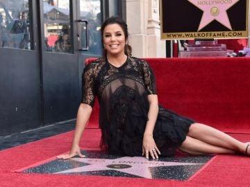 Eva Longoria con su estrella en el paseo de la fama de Hollywood