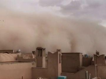 Heridas diez personas al pasar una tormenta de arena por la ciudad Iraní de Yarzd