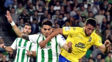 Calleri retiene el balón ante la presión de Bartra durante el Betis - Las Palmas