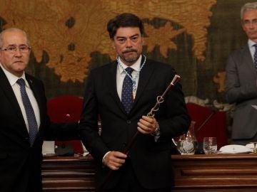 El concejal del PP, Luis Barcala, con la vara de mando tras resultar elegido como alcalde del ayuntamiento de Alicante