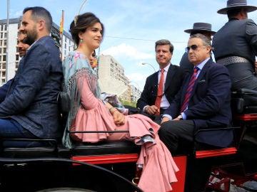 Cayetano Martínez de Irujo junto a su novia y unos amigos en la calesa