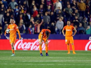 Los jugadores del Málaga, abatidos tras el gol de Boateng que les manda a Segunda