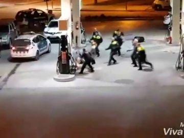 Amenaza con una motosierra a diez policías