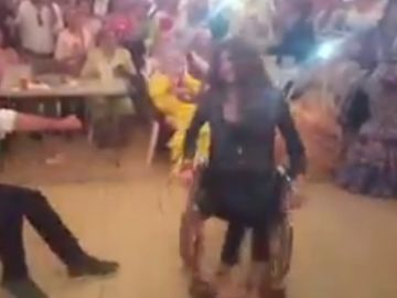 Joven bailando en silla de ruedas en la Feria de abril