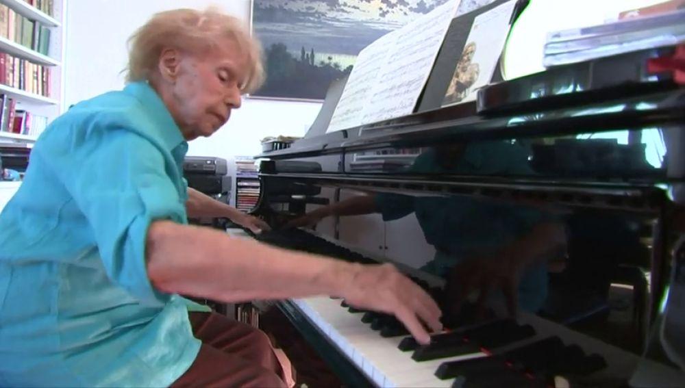 Una pianista francesa triunfa a sus 103 años con la colección completa de sus mejores interpretaciones