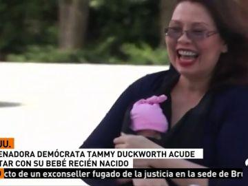 Una senadora estadounidense acude a votar con su bebé
