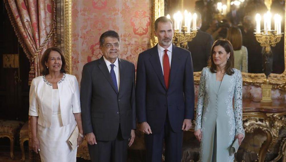 Los Reyes posan junto a Sergio Ramírez y su esposa Gertrudis Guerrero