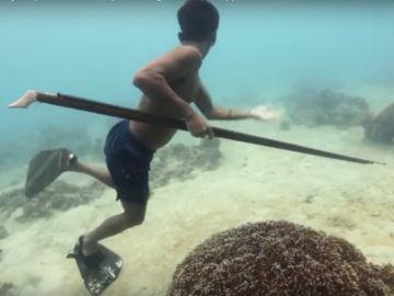 Un Bajau bajo el agua