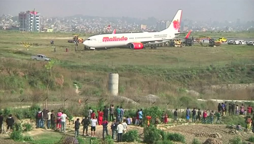 Un avión obliga a cancelar todos los vuelos en Katmandú tras salirse de pista