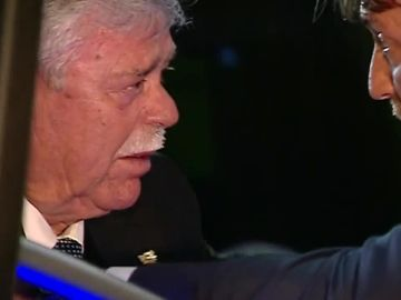 El llanto de Martín Aguilar y el consuelo del presidente del Levante tras el descenso del Málaga