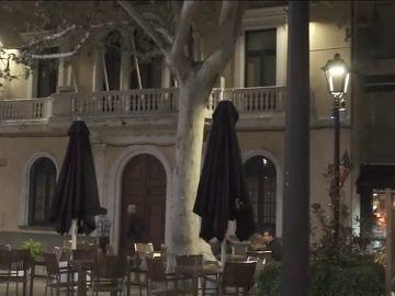 Sant Cugat del Vallès presenta un nuevo modelo de farola que parpadea si se detecta un exceso de ruido en bares y terrazas