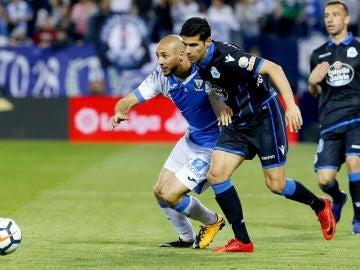 Amrabat y Juanfran pugnan por la posesión del balón