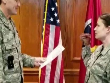 Jura bandera con una marioneta de dinosaurio, en Tennessee