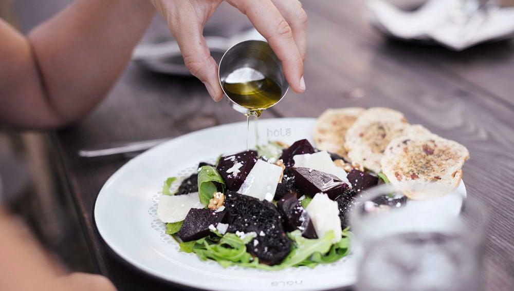 El plato Hola absorbe todo el extra de aceite.