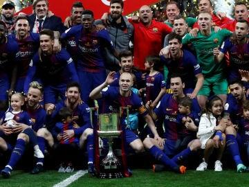 Los jugadores del Barcelona celebran su triunfo en la Copa del Rey