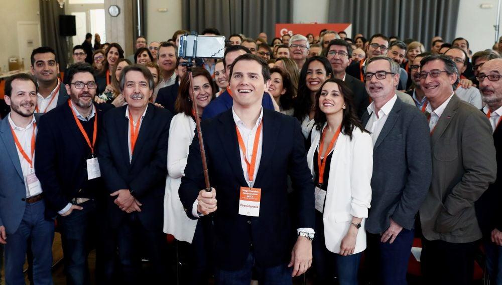 Albert Rivera posa con parte de Ciudadanos