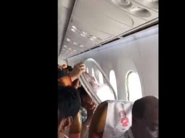 Una ventanilla se desprende de un avión en la India