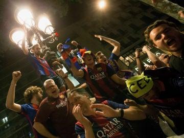 Los hinchas del Barça celebran la Copa en Canaletas