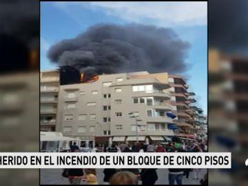 Un aparatoso incendio en un ático de una vivienda en Calafell deja importantes daños materiales