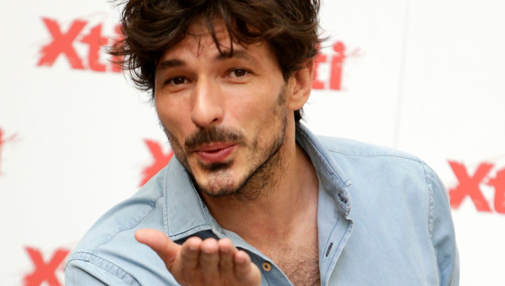 Andrés Velencoso lanzando un beso